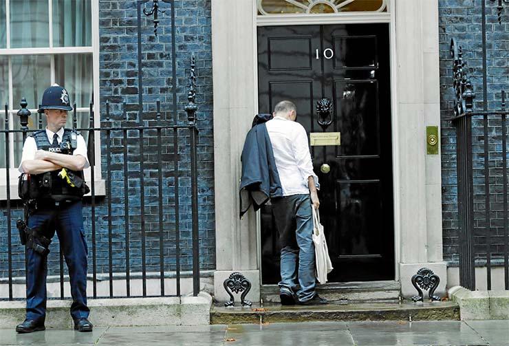 gobierno britanico gente rara - El Gobierno británico solicita 'gente rara' para trabajar y se presenta Uri Geller