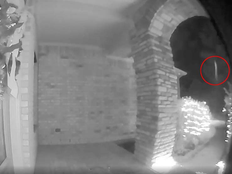 hombre es abducido - Cámara de seguridad de una casa capta el momento en que hombre es abducido
