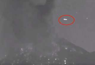ovni sobre volcan popocatepetl 320x220 - Un OVNI pasa sobre el volcán Popocatépetl segundos después de una erupción