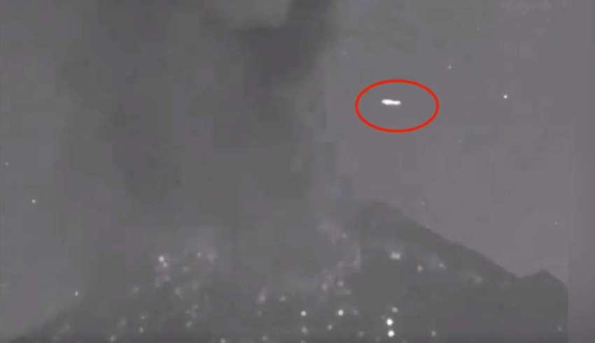 ovni sobre volcan popocatepetl 850x491 - Un OVNI pasa sobre el volcán Popocatépetl segundos después de una erupción