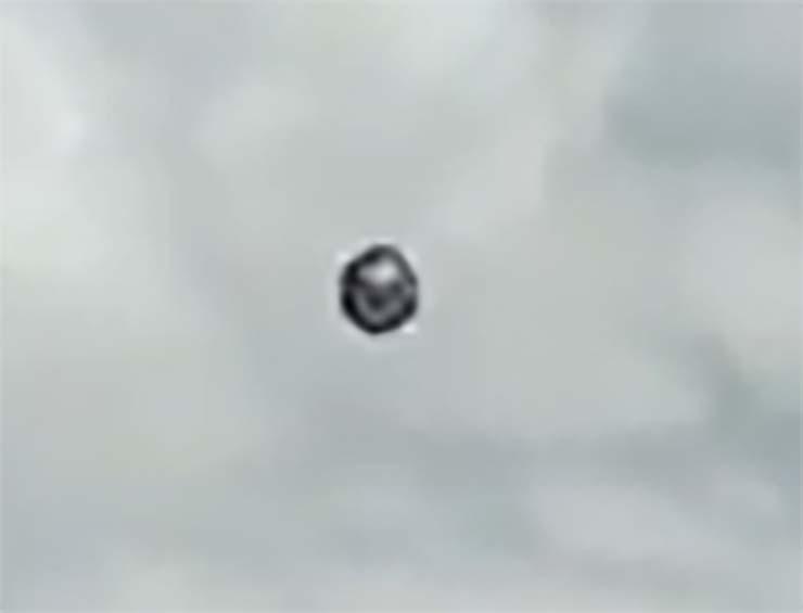 ovni forma cubo colombia - Un piloto de la aerolínea Viva Air graba un OVNI en forma de cubo sobre Colombia