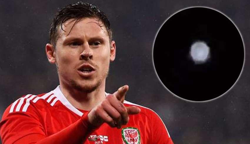 jugador futbol ovni brillante 850x491 - Jugador de fútbol galés publica el video de un OVNI extremadamente brillante en el cielo nocturno