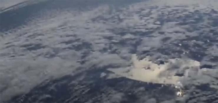 estacion espacial enorme nave extraterrestre - La Estación Espacial Internacional capta una enorme nave extraterrestre oculta entre las nubes