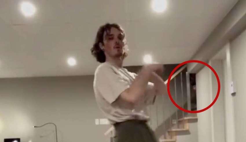 rostro fantasmal baile tiktok 850x491 - Aparece un rostro fantasmal en un baile para TikTok