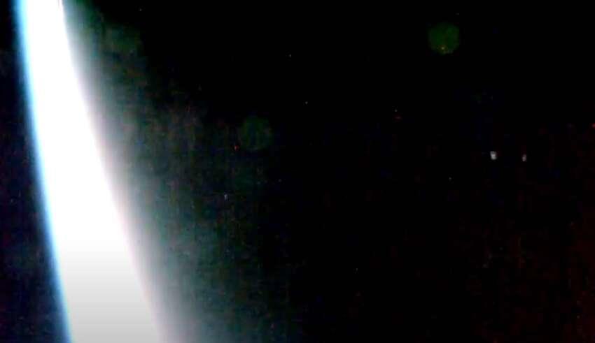 evacuacion masiva naves extraterrestres 850x491 - La Estación Espacial Internacional graba la evacuación masiva de naves extraterrestres desde la Tierra