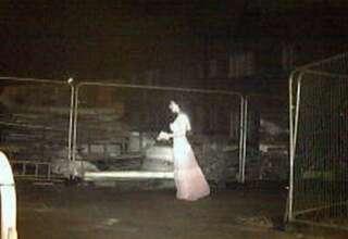 novia fantasmal 320x220 - Cámara de seguridad detecta a una novia fantasmal en una obra de construcción en Inglaterra