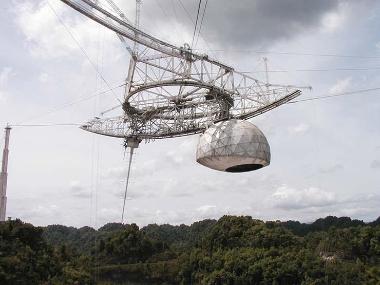 observatorio de arecibo ovni - Un misterioso accidente deja inutilizado el Observatorio de Arecibo días antes de que pase un enorme OVNI muy cerca de la Tierra