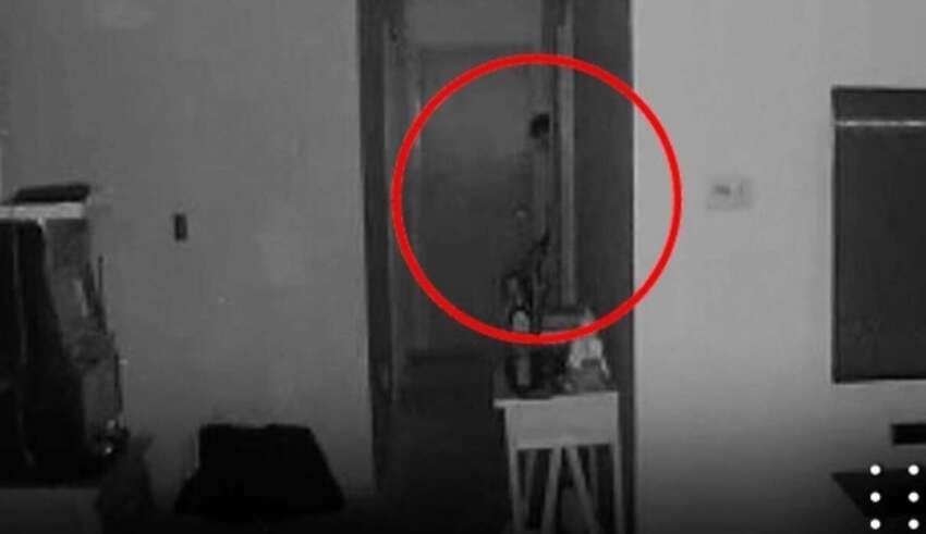 entidad demoniaca bebe 850x491 - Cámara de seguridad capta una entidad demoníaca con tentáculos saliendo de la habitación de un bebé