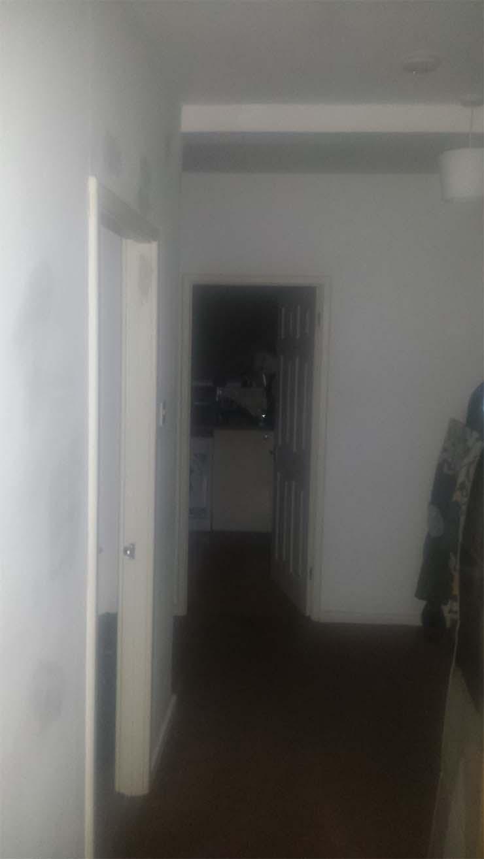 hombre huye fantasma - Un hombre huye de su casa después escuchar extraños ruidos y fotografiar un fantasma mirándolo fijamente