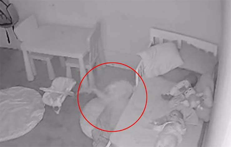 fantasma hija cama - Padres aterrorizados al descubrir un fantasma arrastrando a su hija debajo de la cama