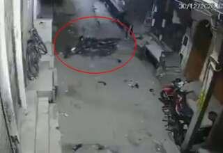 fantasma moto india 320x220 - Una cámara de seguridad graba el momento en que un fantasma mueve una moto en la India