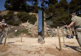 monolito extraterrestre espana 320x220 - Aparece otro monolito extraterrestre en España, esta vez en una playa de Cataluña