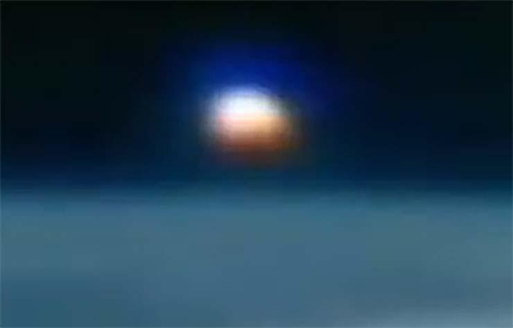 gigantesco ovni planeta - La Estación Espacial Internacional capta un gigantesco OVNI del tamaño de un planeta sobre la Tierra