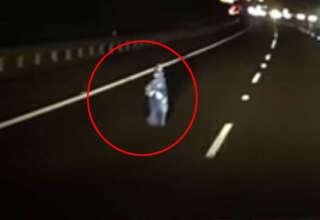 nino fantasma australia 320x220 - La cámara de un coche graba un niño fantasma en medio de una autopista en Australia