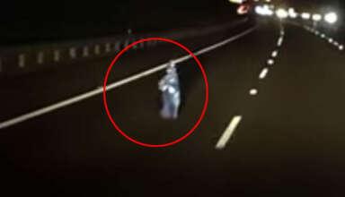 nino fantasma australia 384x220 - La cámara de un coche graba un niño fantasma en medio de una autopista en Australia