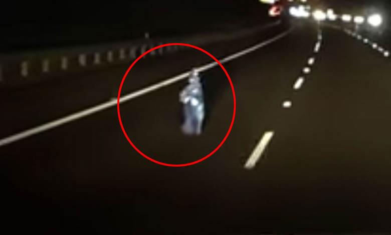 nino fantasma australia - La cámara de un coche graba un niño fantasma en medio de una autopista en Australia