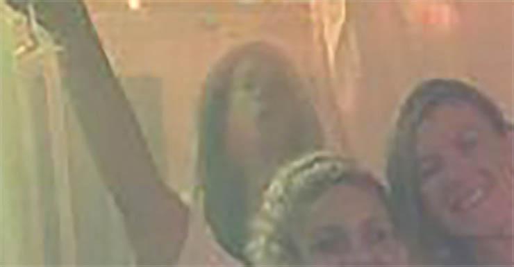 madre aterradora figura fantasmal - Una madre aterrorizada después de ver una horrible figura fantasmal en una foto con sus amigas
