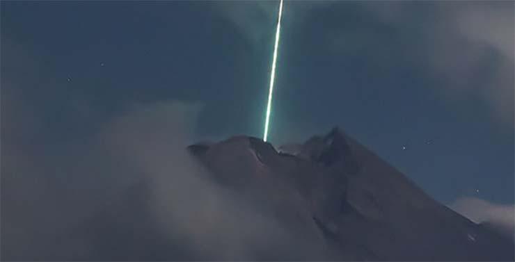 ovni volcan de indonesia - Cámara de seguridad graba el momento en el que un OVNI cae sobre el volcán más activo de Indonesia