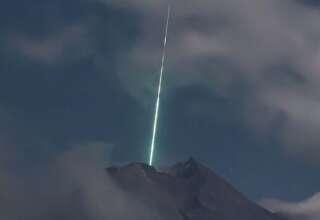 ovni volcan indonesia 320x220 - Cámara de seguridad graba el momento en el que un OVNI cae sobre el volcán más activo de Indonesia
