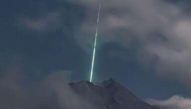 ovni volcan indonesia 384x220 - Cámara de seguridad graba el momento en el que un OVNI cae sobre el volcán más activo de Indonesia