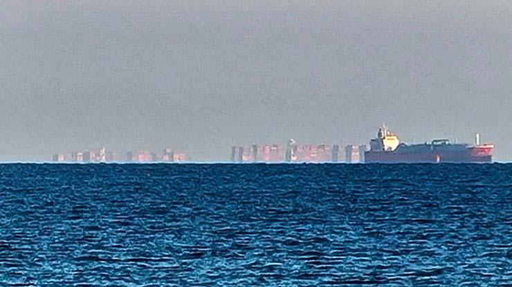 ciudad flotante inglaterra - Aparece una enorme ciudad flotante en las costas de Inglaterra