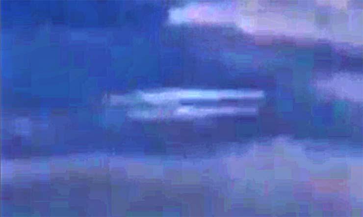 nave nodriza megaexplosion - Aparece una nave nodriza durante la megaexplosión de prueba de un portaaviones de EE.UU.