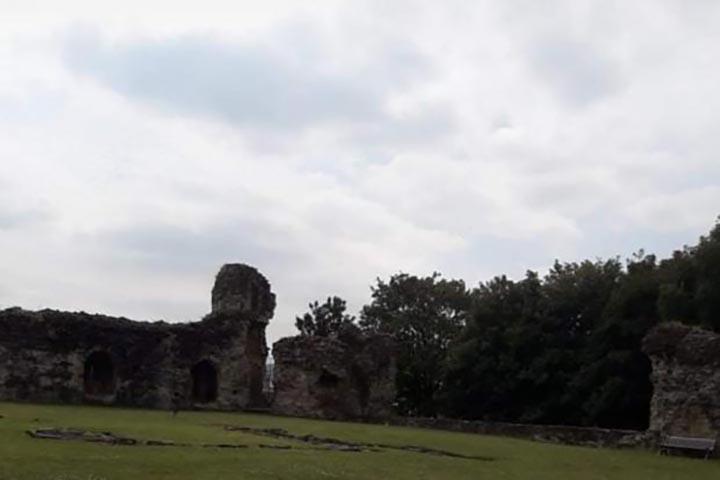 castillo gales - Fotografían una aterradora figura fantasmal en un castillo histórico de Gales