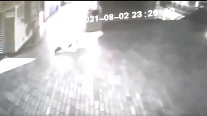 fantasma atacando vigilante seguridad - Alcalde colombiano publica un video de un fantasma atacando a un vigilante de seguridad