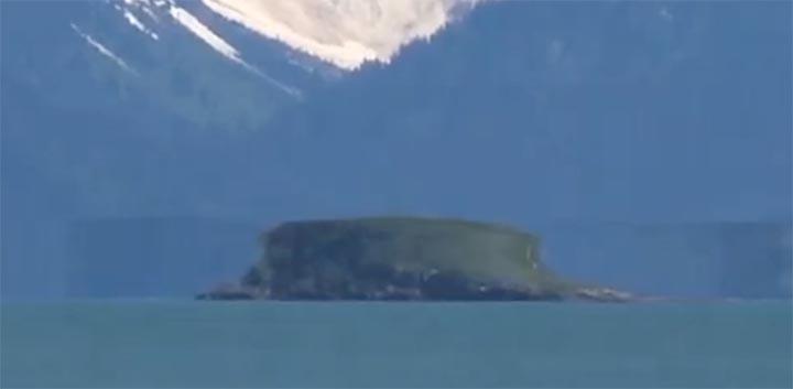 isla flotante glaciar en alaska - Misteriosa isla flotante en movimiento aparece en un glaciar en Alaska