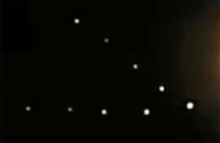 ovnis formacion triangular luna - Varias personas graban una flota de ovnis en formación triangular cerca de la Luna